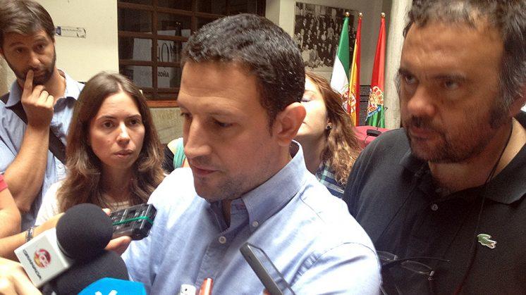 El actual presidente de la Asociación de la Prensa, José Antonio Barrionuevo, rodeado de miembros de la directiva. Foto: L. F. Ruiz
