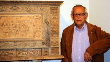 ntonio Velázquez junto a un bargueño realizado por él