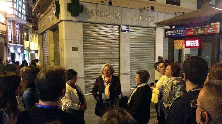 Los participantes en la ruta ante la Farmacia Gálvez, donde la familia Lorca compraba los medicamentos. Foto: Luis F. Ruiz