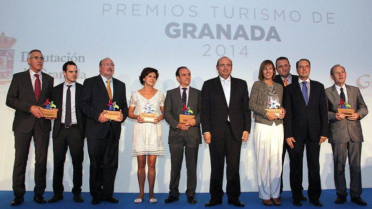 Los premiados tras recibir los galardones. Foto: aG