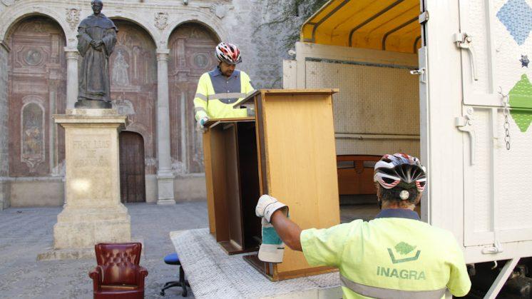 La recogida de muebles la efectúan los operarios de Inagra. Foto: Álex Cámara