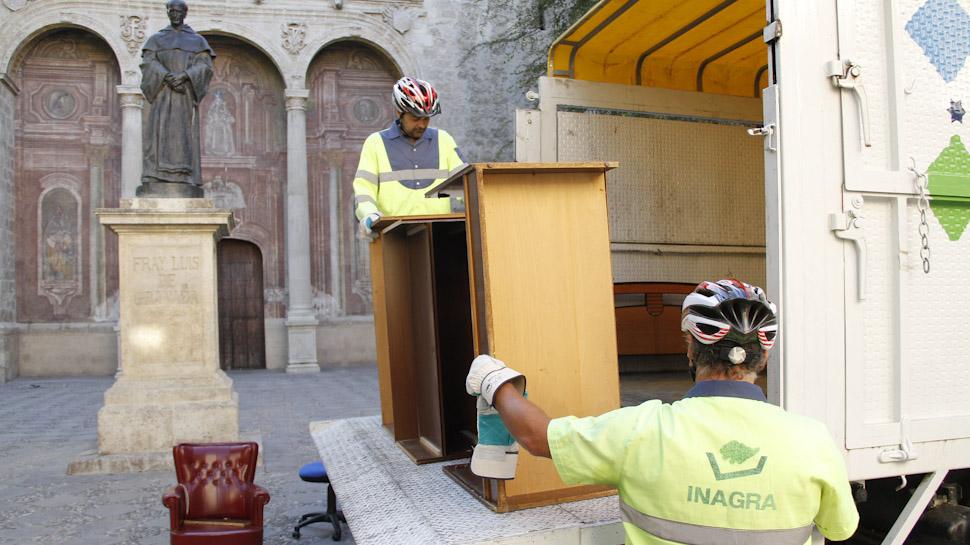 Ahora granada adios a los muebles viejos por arte de for Recogida muebles