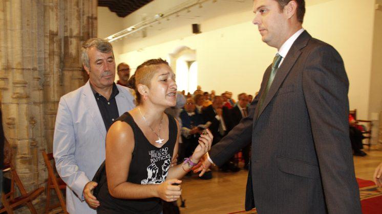 Una joven ha protagonizado una tensa protesta durante el acto. Foto: Álex Cámara