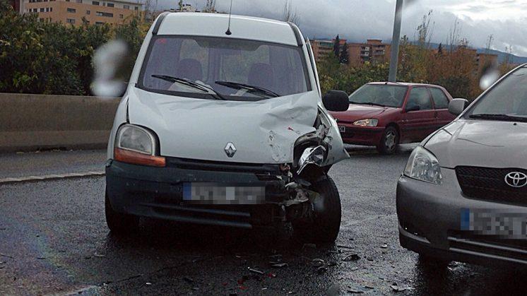 En el accidente se ha visto implicada esta furgoneta junto a otros tres vehículos. Foto: María Jesús Calero