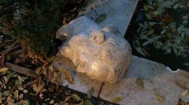 El fuerte viento provoca destrozos en la escultura de Ángel Ganivet en el Bosque