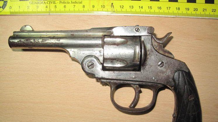 Los agentes han decomisado heroína, cocaína y marihuana; y también una pistola, un revólver y munición. Foto: Guardia Civil