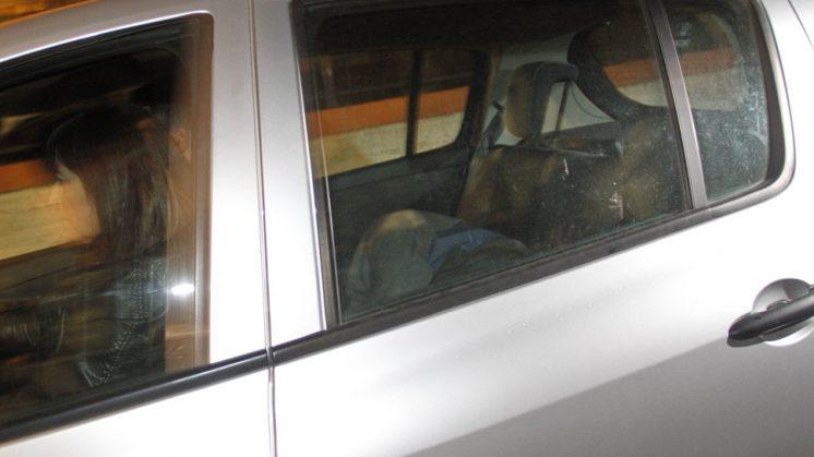 Momento en el que se traslada a uno de los detenidos desde Los Pinillos hasta dependencias policiales. Foto: Álex Cámara