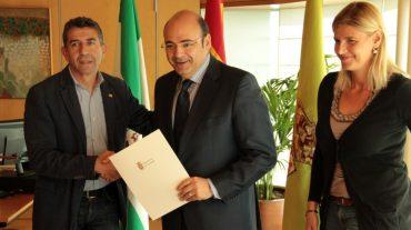 Sebastián Pérez firma el convenio para la puesta en marcha del cluster energético de Padul