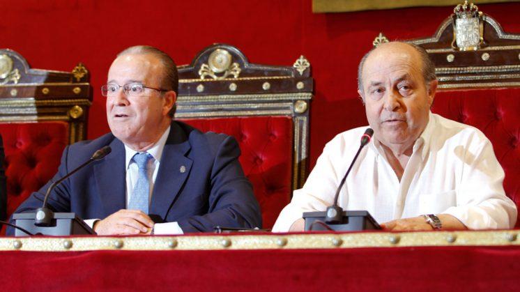 El alcalde de Granada, José Torres Hurtado (d), el día que reapareció tras sufrir un infarto de cerebelo. Foto: Álex Cámara (archivo)