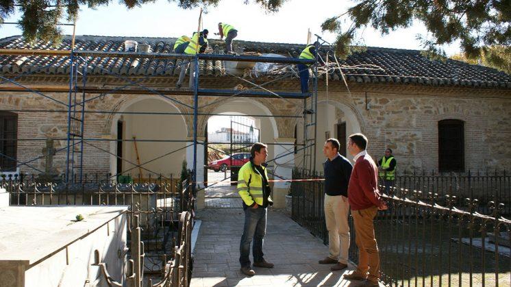 Arreglan la cubierta de la entrada al cementerio de Alhendín