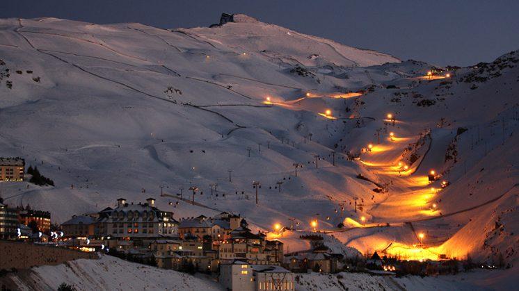 La actividad de esquí nocturno, con acceso por el telecabina Al-Andalus, será acompañada por un taller de observación astronómica en Borreguiles para no esquiadores. Foto: Web oficial Sierra Nevada