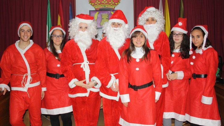 Los alumnos del IES Monte Vives de Las Gabias que visitarán las casas disfrazados de Papá Noel a cambio de un donativo. Foto: aG