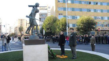 Una escultura recuerda la vinculación histórica de Granada con la Sanidad Militar Española