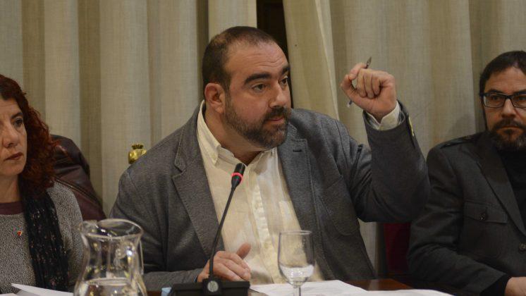 El edil de IU Granada, Francisco Puentedura, durante su intervención. Foto: Alberto Franco