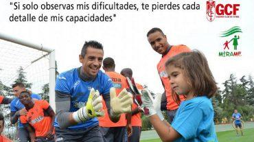 Jugadores del Granada participan en un calendario de niños y niñas con autismo