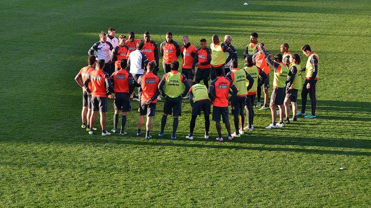 Los futbolistas del Granada CF escuchan a Abel Resino durante la primera jornada de concentración en Marbella. Foto: GRCF