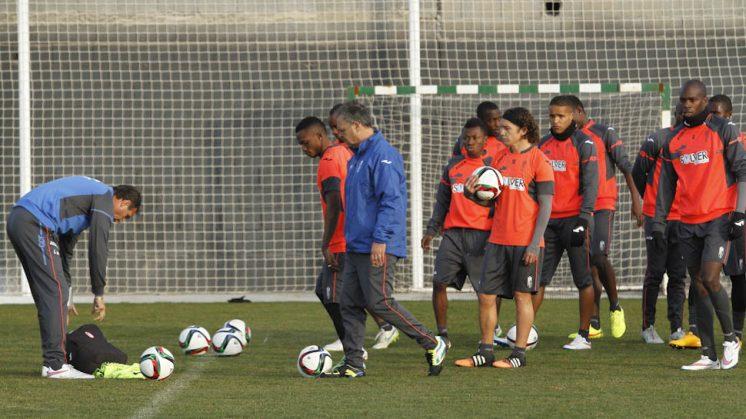 Joaquín Caparrós, durante el entrenamiento del Granada CF en la tarde de este martes. Foto: Álex Cámara