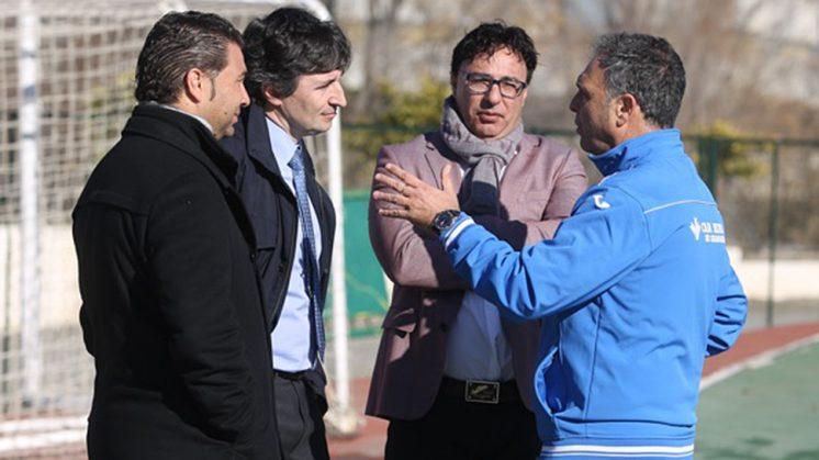 Joaquín Caparrós conversa con Pina, Gino Pozzo y Juan Carlos Cordero en un entrenamiento la semana pasada. Foto: GRCF