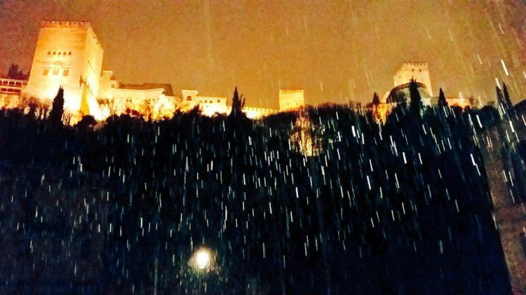 Imagen de la nevada en el bajo Albaicín, a los pies de la Alhambra. Foto: Juan Anaya Ojeda (Twitter)