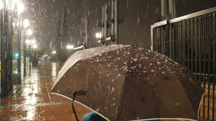 Nevada en la calle Arabial este martes por la noche. Foto: Álex Cámara