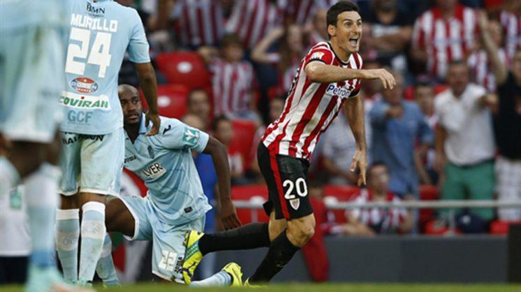 Aduriz reclama un penalti ante el Granada en el duelo disputado en San Mamés. Foto: Athletic Web Oficial