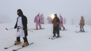 Más de 200 esquiadores disfrazados ponen color a las pistas nocturnas de Sierra Nevada