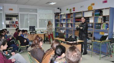 Alumnos del IES Los Calahorros de Monachil reciben una charla sobre prevención en acoso escolar y absentismo