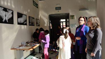 La exposición 'El paisaje de tu piel' de Dulce González, en la Delegación de Educación