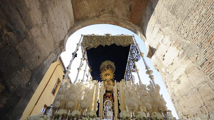La Virgen de la Paz, a su paso por el Arco de Elvira, en su barrio. Foto: Alejandro Romero