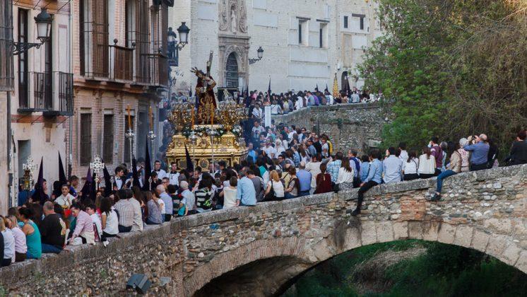 La Carrera del Darro volvió a quedarse pequeña ante el paso de una hermandad, en este caso la del Vía Crucis. Foto: Antonio Ropero