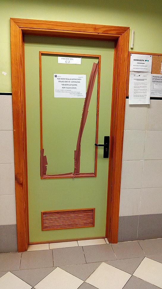 Estado en el que quedó la puerta golpeada presuntamente por la usuaria. Foto: Saceco