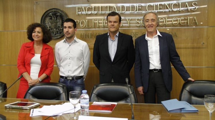 Los dos aspirantes al Rectorado de la Universidad de Granada (a ambos lados), antes de comenzar el debate. Foto: Álex Cámara