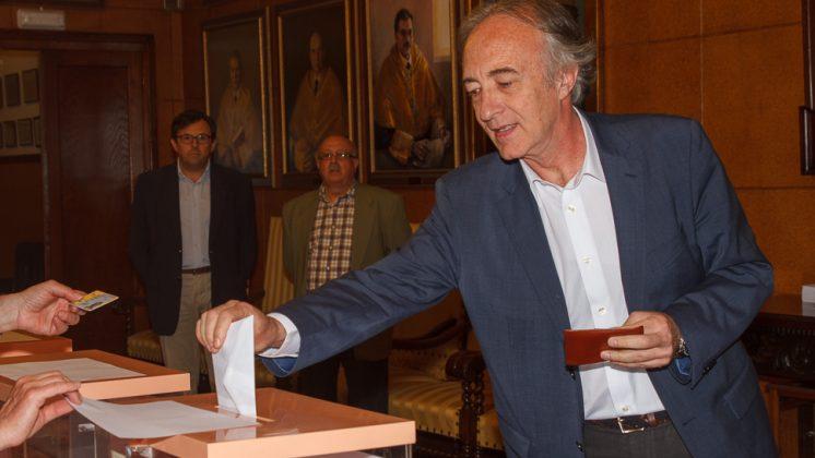 Sánchez-Montesinos ha depositado su voto en la Facultad de Medicina. Foto: Antonio Ropero.