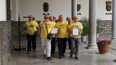 Vecinos de La Chana entregan 5.000 firmas al Ayuntamiento de Granada para reclamar el soterramiento del AVE