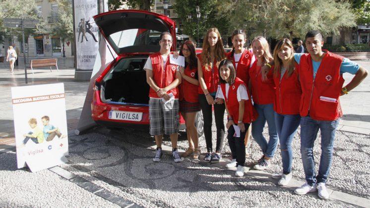 Los voluntarios de Cruz Roja, en el punto de recogida situado en Fuente de las Batallas. Foto: Álex Cámara.