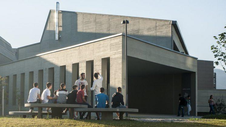 Los universitarios han aprovechado la mañana de sol en los exteriores de la Facultad. Foto: J. Morales.