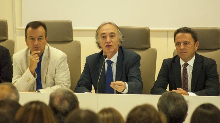 Sánchez-Montesinos, en el centro, ha sido el encargado de inaugurar el curso en Medicina. Foto: J. Morales.