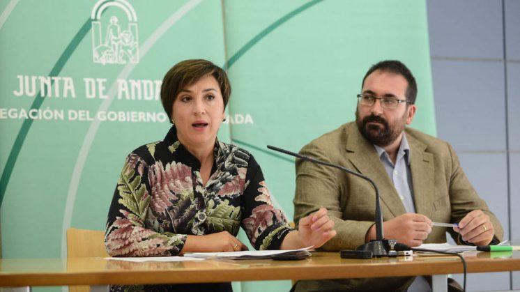La delegada de Gobierno, Sandra García, y el delegado de Educación, Germán González, durante su comparecencia ante los medios. Foto: J.M. Grimaldi