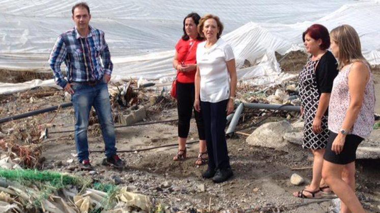 La consejera de Agricultura, Carmen Ortiz, en una de las zonas afectadas por las riadas. Foto: aG