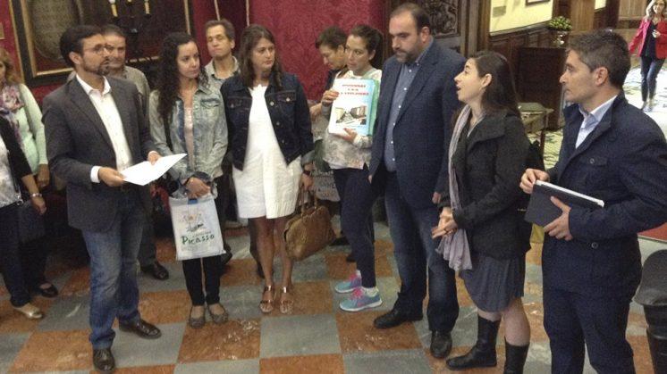 Afectados y miembros de la oposición han comparecido juntos en el Ayuntamiento de Granada. Foto: aG.