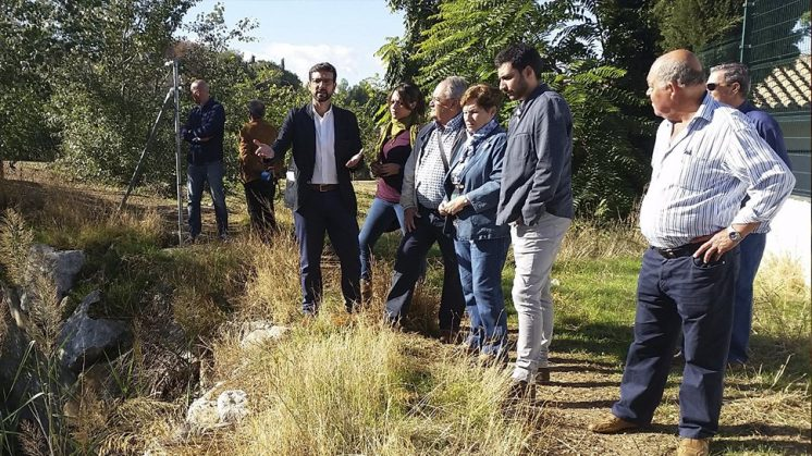 Cuenca ha visitado el cauce del río junto a vecinos y concejales socialistas. Foto: aG.