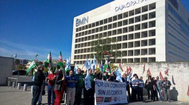 Trabajadores del sector de ahorro protestanfrente a BMN-CajaGranada en defensa de sus derechos laborales
