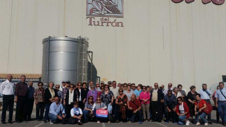 Los mayores han visitado una de las fábricas de turrón de la zona. Foto: aG.