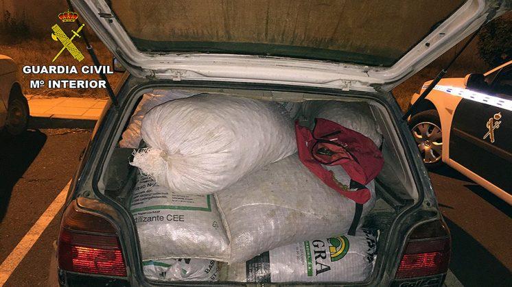 Las almendras que los presuntos autores de los hechos transportaban en un coche. Foto: Guardia Civil