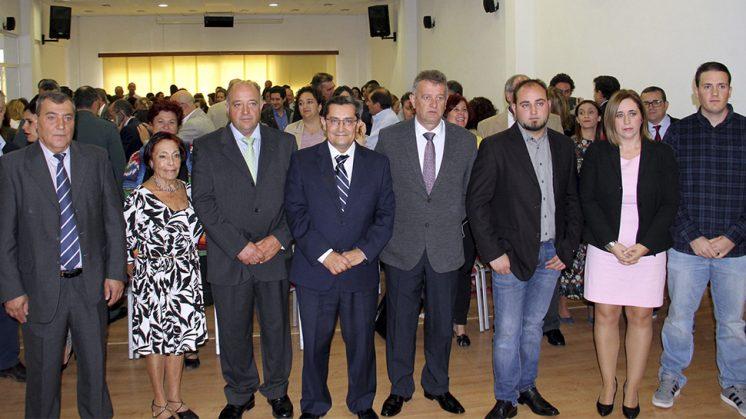 El presidente de la Diputación de Granada, José Entrena, junto a los miembros de la Corporación municipal de Játar. Foto: aG