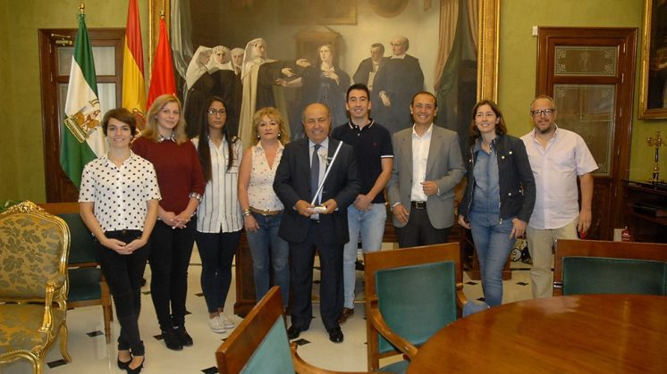 El alcalde ha recibido este lunes a los estudiantes. Foto: Javier Algarra.