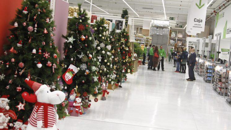 La tienda ha sido inaugurada este miércoles y ya tiene decoración navideña. Foto: Álex Cámara