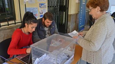 Los vecinos de Peligros votan destinar más fondos para desempleados y mantener el IBI