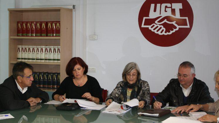 Los líderes sindicales se reúnen con miembros del PSOE para debatir cuestiones de la provincia. Foto: aG