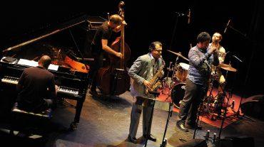 Rudresh Mahanthappa despide las actuaciones principales del Festival de Jazz con un nuevo lleno